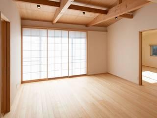 高基礎の平屋 アース・アーキテクツ一級建築士事務所 モダンデザインの リビング 木 白色