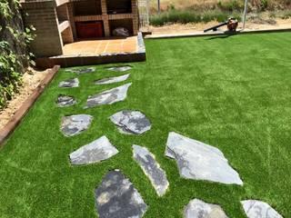 Jardin con cesped artificial de Activa Parques y Jardines