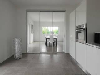 AM SERRAMENTI Moderne Küchen Aluminium/Zink Transparent