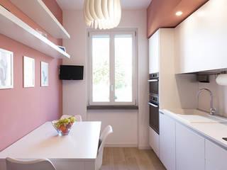 AM SERRAMENTI Moderne Küchen Holz-Kunststoff-Verbund Weiß