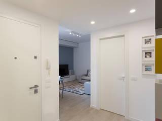 AM SERRAMENTI Moderner Flur, Diele & Treppenhaus Weiß
