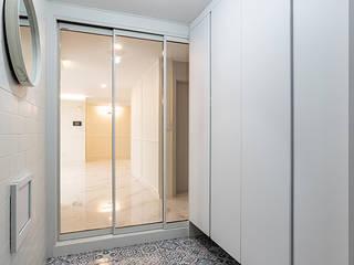 Classic corridor, hallway & stairs by 곤디자인 (GON Design) Classic