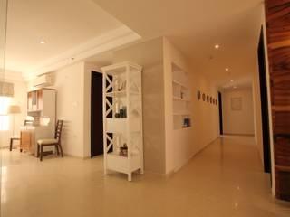 Saloni Narayankar Interiors Ingresso, Corridoio & ScaleContenitori Legno Bianco