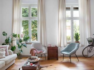 ROMANTYCZNY APARTAMENT W SOPOCIE Skandynawski salon od GRUPA MALAGA Skandynawski