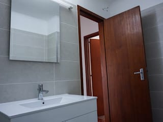 Modern Bathroom by Carul Modern