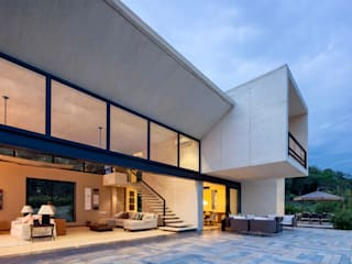 by Konrad Brunner Arquitectos Tropical