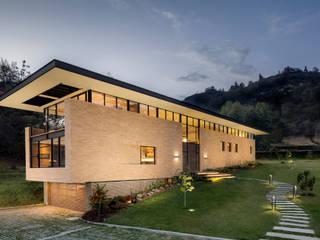 by Konrad Brunner Arquitectos Modern