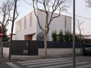 CABRÉ I DÍAZ ARQUITECTES Rumah Minimalis White