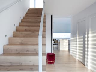 CABRÉ I DÍAZ ARQUITECTES Corridor, hallway & stairs Stairs Solid Wood Beige