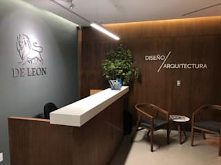 DE LEON PRO Offices & stores Wood Wood effect