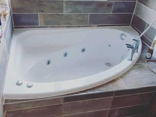 Corner Bath Install The Whirlpool Bathshop Modern bathroom Plastic White
