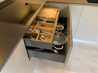cucina moderna e living di il falegname di Diego Storani Moderno