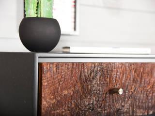Comodino sospeso nero con 1 cassetto in legno antico / Console galleggiante moderno in stile mid century di Ebanisteria Cavallaro Moderno