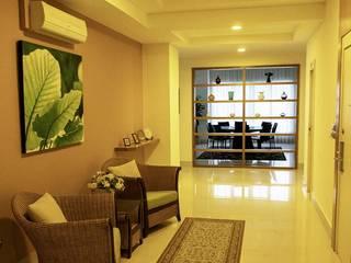 MZ Residence MZH Design Modern corridor, hallway & stairs