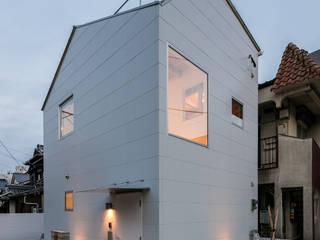 株式会社 片岡英和建築研究室 Casas unifamiliares Metal Blanco