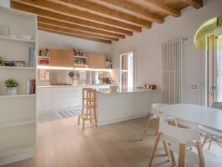 Ristrutturazione zona giorno e esterni appartamento privato Studio Dalla Vecchia Architetti Sala da pranzo moderna Legno