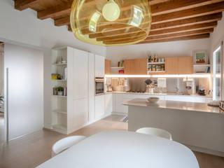 Ristrutturazione zona giorno e esterni appartamento privato Studio Dalla Vecchia Architetti Cucina attrezzata Bianco