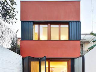 Casa Patio Vertical ESTUDI NAO arquitectura Casas adosadas Madera Rojo