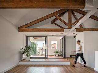 Casa MO ESTUDI NAO arquitectura Balcones y terrazas de estilo mediterráneo Madera Acabado en madera