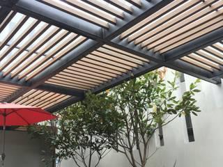 Pergolas con madera compuesta Balcones y terrazas modernos de Legno soluciones en acabados Moderno
