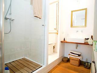 Reforma piso en Gracia ESTUDI NAO arquitectura Baños de estilo moderno Blanco