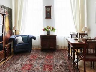 Mieszkanie w starej kamienicy Klasyczny salon od INNA PROJEKT Klasyczny