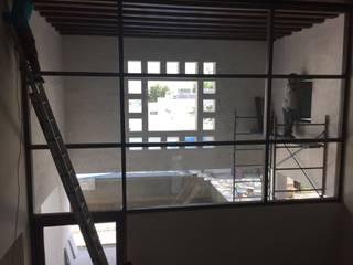 Pasillos, vestíbulos y escaleras de estilo moderno de ADC Studio Moderno