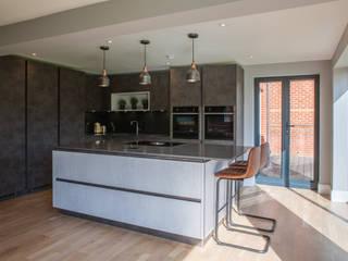 Urban contemporary open plan kitchen diner by Kreativ Kitchens Modern