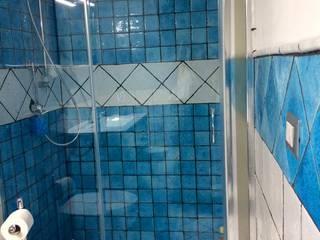 bagno rivestito con serie lunaria keramos design Bagno moderno Ceramica Blu