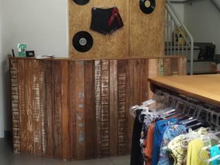 Closet - Outlet Espaços comerciais rústicos por Grata Arquitetura Rústico