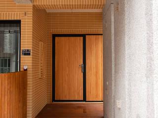 Pasillos, vestíbulos y escaleras modernos de 木耳生活藝術 Moderno