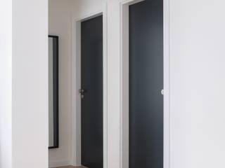 Telheiras Apartment Quartos minimalistas por Lola Cwikowski Studio Minimalista
