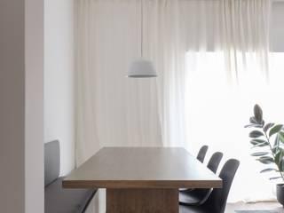 Minimalist dining room by Lola Cwikowski Studio Minimalist