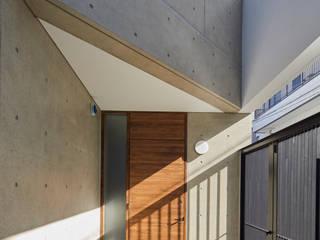 Puertas modernas de 向山建築設計事務所 Moderno