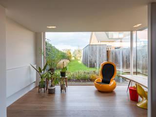 The color grey Moderne woonkamers van Studio Govaerts Modern