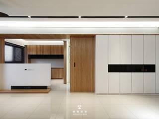 【時光.軸線】 现代客厅設計點子、靈感 & 圖片 根據 境階設計 現代風