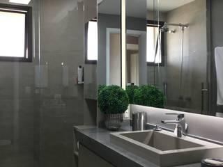 Banheiro Moderno por NEUSA MORO Moderno