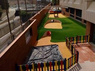 Patio infantil de colegio ecoarquitectura Jardines de estilo moderno