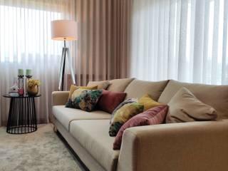 Sala de estar, sala de jantar e hall de entrada por AtelierAtelier Moderno