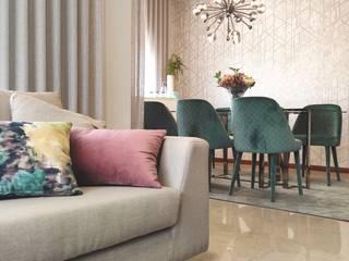 Sala de estar, sala de jantar e hall de entrada por AtelierAtelier