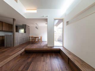 ダウンフロアリビングの住まい モダンデザインの リビング の 加藤淳一級建築士事務所 モダン