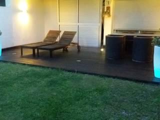 ADOSADO EN ROSALES DEL CANAL DE MADERA TROPICAL, PINO Y COMPLEMENTOS DE ILUMINACION Balcones y terrazas de estilo minimalista de Jardín con Clase Minimalista