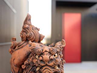 シーサーが見守るスタイリッシュハウス の ナイトウタカシ建築設計事務所 モダン