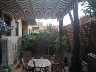 TERRAZA EN PISO BAJO CON PERGOLA Y TOLDO EN URBANIZACION BARRIO MIRALBUENO Balcones y terrazas de estilo colonial de Jardín con Clase Colonial