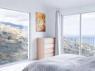 Quarto com vista para o mar e para vale por AA.Arquitectos Eclético Alumínio/Zinco