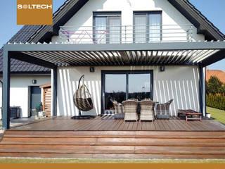 Pergole tarasowe Nowoczesny balkon, taras i weranda od SOLTECH Sp. z o.o. Nowoczesny