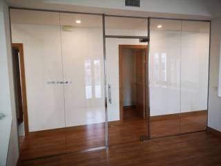 Especial cristalería Estudios y despachos de estilo moderno de GrupoSpacio constructores en Madrid Moderno