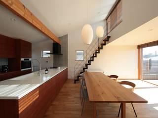 藤沢湘南の家 TEKTON | テクトン建築設計事務所 モダンデザインの リビング タイル 白色