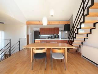 藤沢湘南の家 TEKTON | テクトン建築設計事務所 モダンデザインの リビング 木 白色