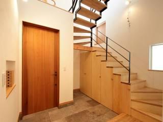 藤沢湘南の家 TEKTON | テクトン建築設計事務所 オリジナルスタイルの 玄関&廊下&階段 タイル 白色